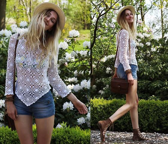 牛仔短裤搭配白色镂空上衣给合夏日小甜心